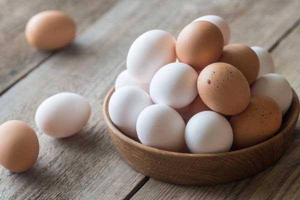 Разноцветные яйца в чашке