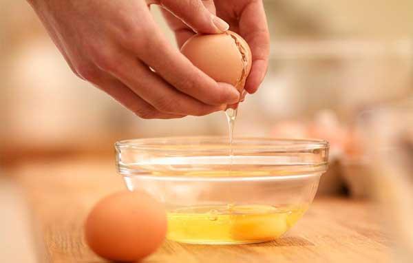 Разбитое яйцо в миске